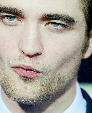 Pattinson's perfect pucker<3