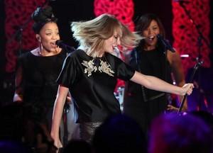 Taylor Performing on Ellen montrer