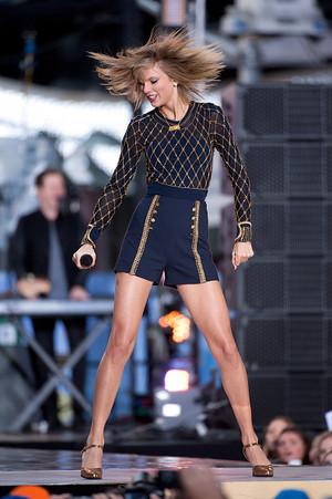 Taylor সত্বর on GMA 2014 - Performance