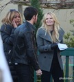 4x13 Jennifer Morrison & Colin O'Donoghue on set