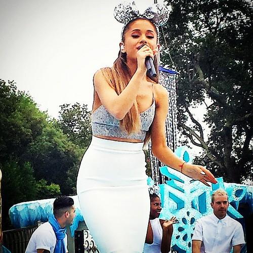 Ariana Grande Christmas Wallpaper: Ariana Grande Images Ariana Rehearsing At Disney Parks