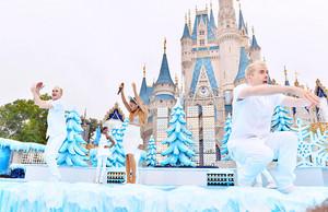 Ariana rehearsing at 迪士尼 Parks 圣诞节 Parade