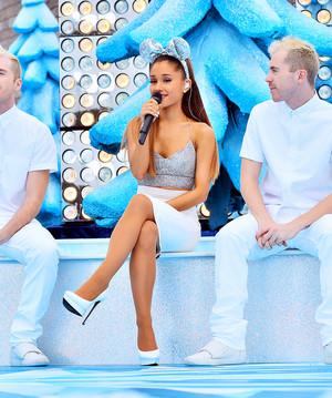 Ariana rehearsing at ডিজনি Parks বড়দিন Parade