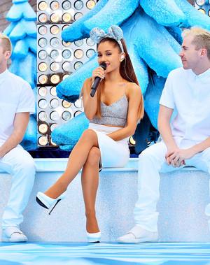 Ariana rehearsing at ディズニー Parks クリスマス Parade
