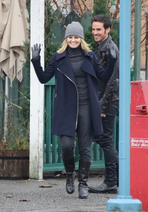 4x14 Jennifer Morrison & Colin O'Donoghue on set
