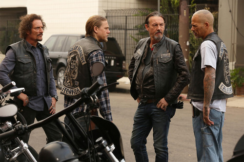 Sons of Anarchy Hintergrund entitled 7x12 - Red Rose - Tig, Jax, Chibs and Happy