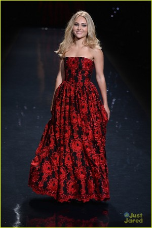Annasophia Robb: Red Dress Fashion ipakita 2014