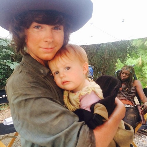 Chandler Riggs Hintergrund containing a boater and a fedora called Chandler's Kürzlich Instagram Post on Walking Dead set ♥