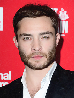 "Ed Westwick at the ""Great Britain"" opening night in Londres with his mother (September 26, 2014)"