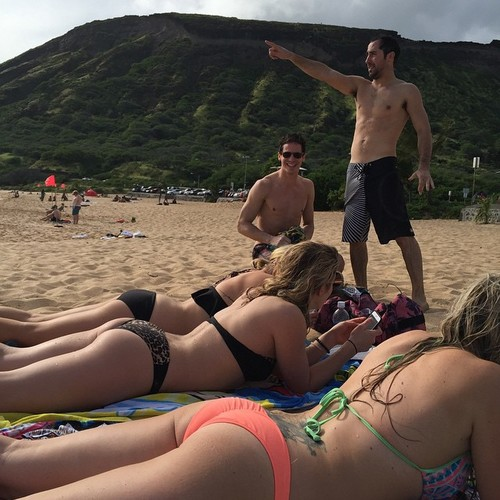 Emily Bett Rickards wolpeyper with a bikini, swimming trunks, and skin entitled Emily and mga kaibigan in Oahu, Hawaii