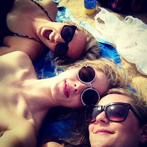 Emily Bett Rickards achtergrond with sunglasses entitled Emily with vrienden in Oahu