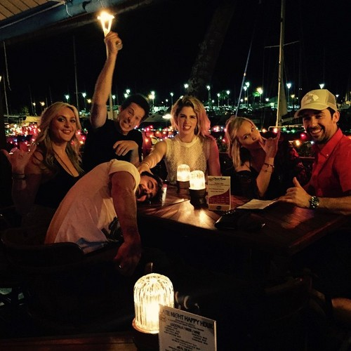 Emily Bett Rickards achtergrond called Emily with vrienden in Oahu