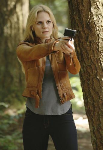 Emma cygne fond d'écran with long trousers entitled Emma - 4x03