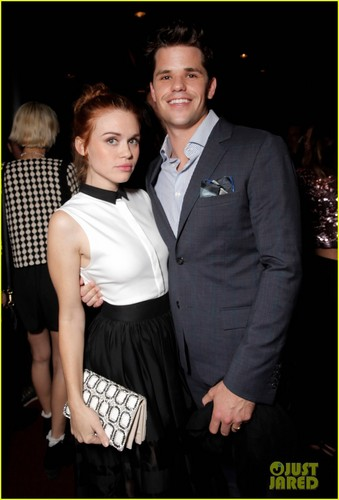 Teen loup fond d'écran containing a business suit titled Holland Roden and her boyfriend Max Carver take a cute picture together while attending Just Jared�