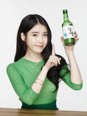 아이유 just endorsed a brand of soju