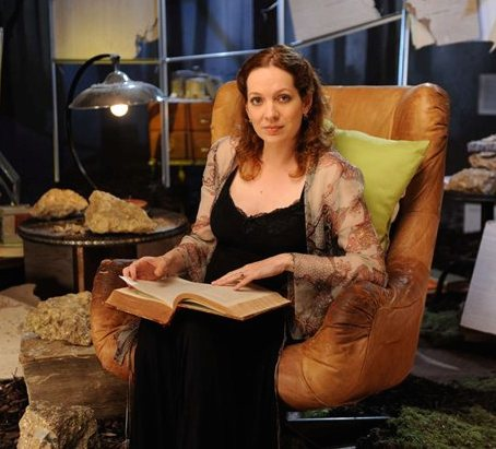 캐서린 파킨슨 바탕화면 possibly with a drawing room, a living room, and a family room called Katherine Parkinson