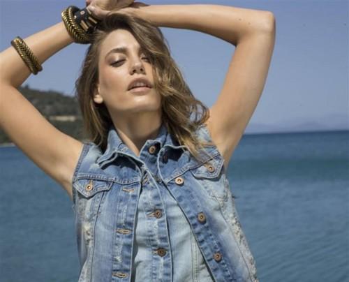 Serenay Sarikaya fond d'écran called Mavi Jeans