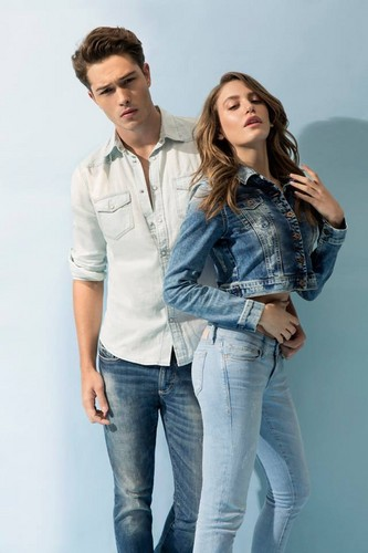 Serenay Sarikaya wallpaper probably containing bellbottom trousers, a jean, and a pantleg entitled Mavi Jeans