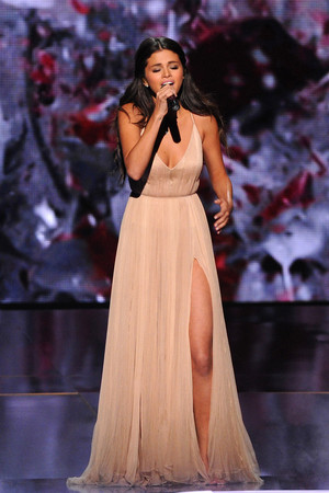Nov 23: Selena performing The ハート, 心 Wants What It Wants at the 2014 AMA's