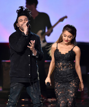 Perfoming at the American música Awards 2014