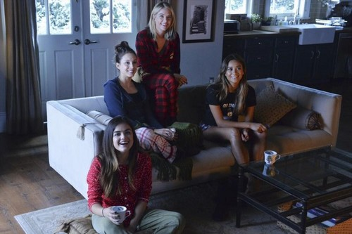 """Teen テレビ shows 壁紙 containing a family room, a living room, and a drawing room entitled Pretty Little Liars 5.13 """"How the A ストール, 盗んだ Christmas"""""""