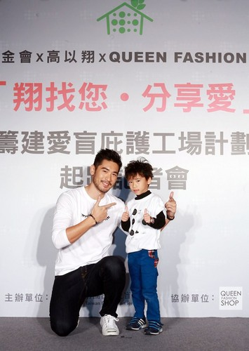 Godfrey Gao wallpaper possibly containing long trousers and a sign called Queen Fashion negozio