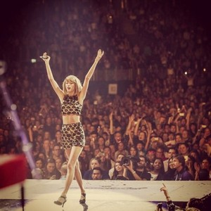 Taylor performing at Capital FM's Jingle cloche, bell Ball 2014
