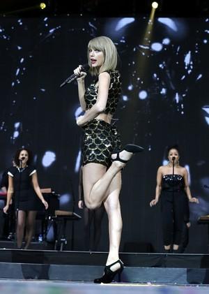 Taylor performing at Capital FM's Jingle колокол, колокольчик, белл Ball 2014