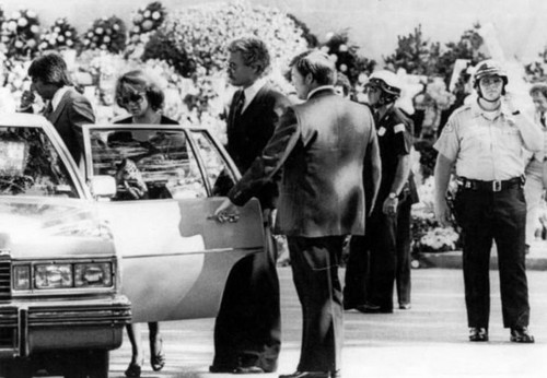 beroemdheden who died young achtergrond with a straat titled elvis presley funeral
