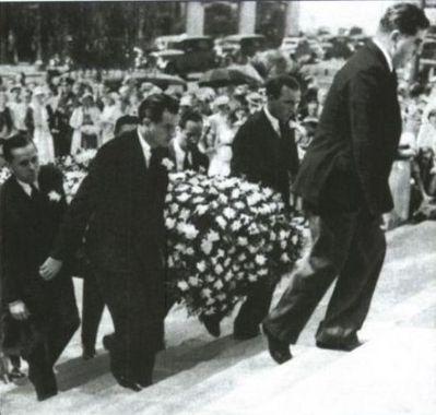 Знаменитости, которые умерли молодыми Обои probably containing a business suit, a bandsman, and a улица, уличный titled jean harlow funeral