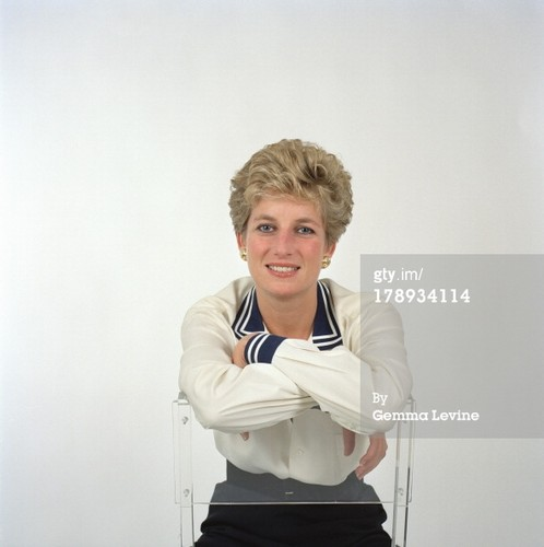 Princess Diana achtergrond probably containing a well dressed person and a portrait called rare foto's