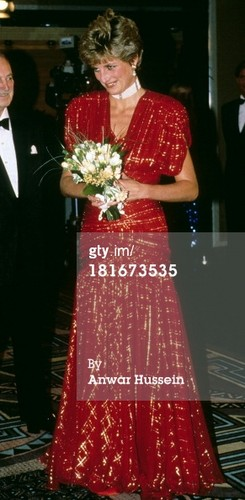 Công nương Diana hình nền probably containing a bridesmaid called ttends the film premiere of the film 'Hot Shots' in Leicester Square on November 18, 1991