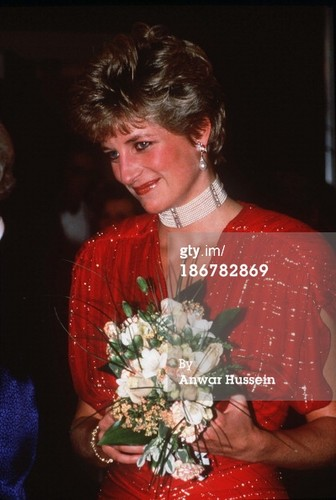 Принцесса Диана Обои with a bouquet called ttends the film premiere of the film 'Hot Shots' in Leicester Square on November 18, 1991