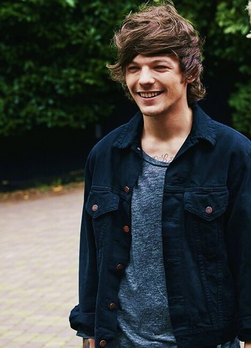 Louis Tomlinson wolpeyper entitled Four Photoshoot