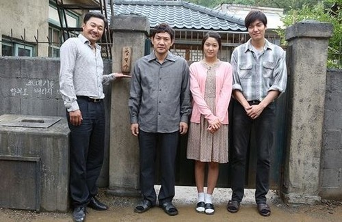 Lee Min Ho hình nền with a business suit called 'Gangnam 1970' family picture