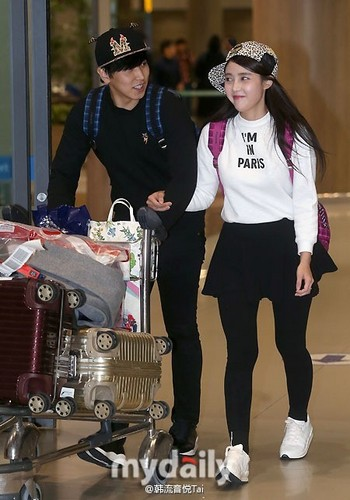 Super Junior karatasi la kupamba ukuta possibly containing a diner and a brasserie called 141219 ICN airport - sungmin and kim sa eun coming back from their honeymoon
