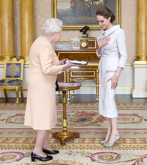 Angelina Jolie meets the কুইন at Buckingham Palace