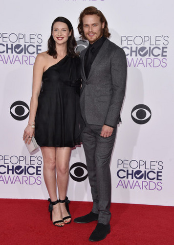 Чужестранка (2014, сериал) Обои containing a well dressed person titled Caitriona Balfe and Sam Heughan at the 2015 People's Choice Awards