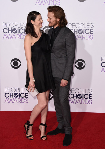 serial tv outlander 2014 wallpaper probably with a well dressed person, a legging, and long trousers titled Caitriona Balfe and Sam Heughan at the 2015 People's Choice Awards
