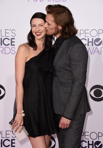 アウトランダー 2014年TVシリーズ 壁紙 probably with a well dressed person titled Caitriona Balfe and Sam Heughan at the 2015 People's Choice Awards