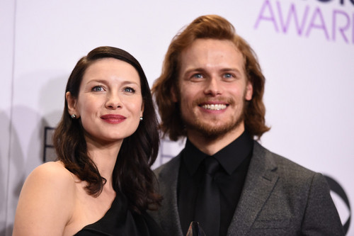 outlander série de televisão 2014 wallpaper containing a business suit entitled Caitriona Balfe and Sam Heughan at the 2015 People's Choice Awards