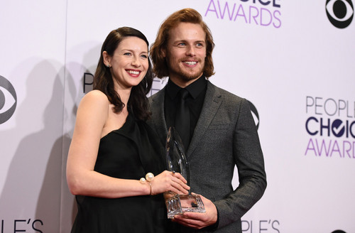 serial tv outlander 2014 wallpaper with a well dressed person and a business suit entitled Caitriona Balfe and Sam Heughan at the 2015 People's Choice Awards