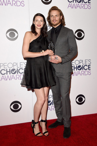 série TV Outlander 2014 fond d'écran containing a well dressed person, an outerwear, and a hip boot entitled Caitriona Balfe and Sam Heughan at the 2015 People's Choice Awards