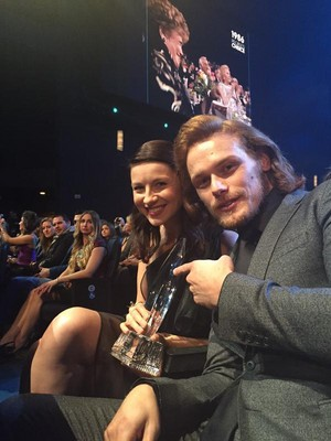 Caitriona and Sam picking up the 2015 People's Choice Awards favorito Cable Sci-fi/Fantasy TV Show