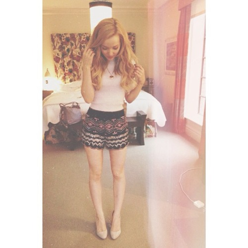 Dove Cameron wallpaper with bare legs titled Dove Instagram Pics