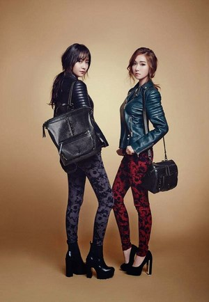 Jessie(ex-member)and her sister Krystal f(x) pose for lapalette