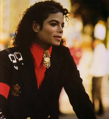 黒のジャケットに赤のシャツのマイケルジャクソン