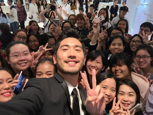 Godfrey Gao achtergrond containing a business suit entitled SK - II event