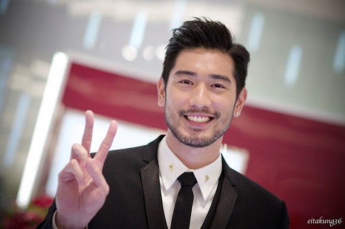 Godfrey Gao achtergrond containing a business suit and a suit called SK - II event