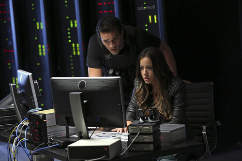 Skye (Agents Of S.H.I.E.L.D) 바탕화면 probably containing a laptop titled Skye and Ward
